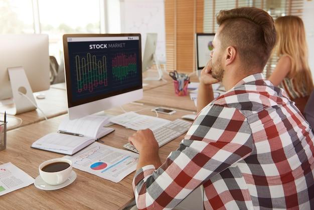 Человек анализирует некоторые данные на компьютере