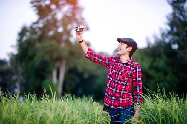 남자와 사진을 찍고 행복하게 웃는 카메라