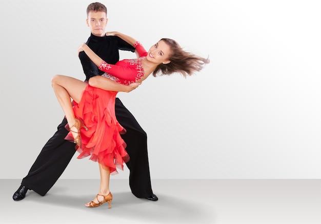 살사 춤을 추는 남자와 여자