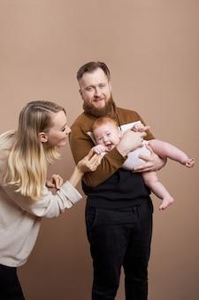 男と女は赤ちゃんを抱きしめています。