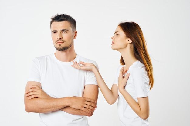 男性と女性が一緒にポーズ明るい色のtシャツのカップル