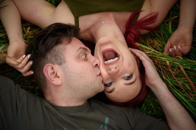 Мужчина и женщина лежат на спине в пшеничном поле