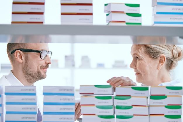Фармацевты мужчина и женщина обсуждают новые лекарства