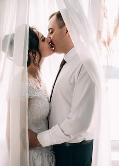 남자와 여자. 키스하기 전에 연인의 프로필.