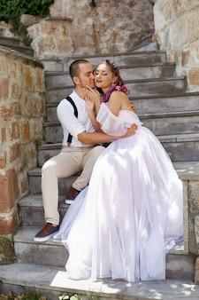 男と女が歩いて抱きしめます。愛のカップル、新郎新婦