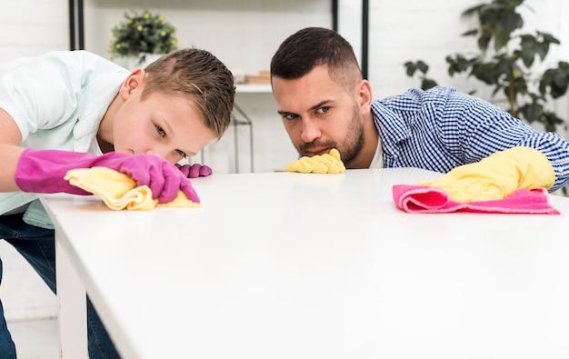 청소하는 동안 남자와 소년은 정확