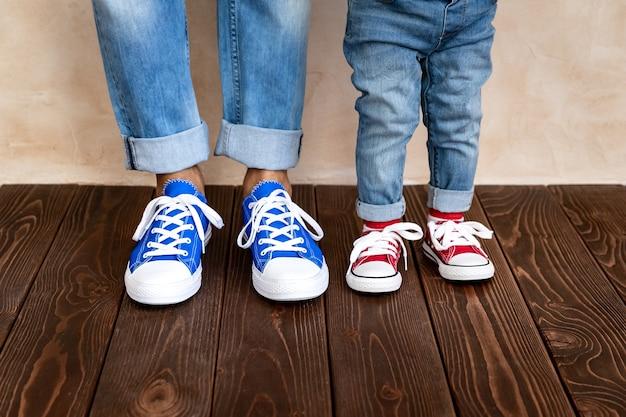 집에서 남자와 아이. 아버지와 아들이 함께 재미.