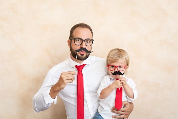 家にいる男と子。一緒に楽しんでいる父と息子。