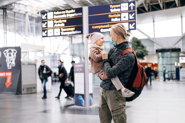 Мужчина и ребенок в аэропорту с рюкзаком