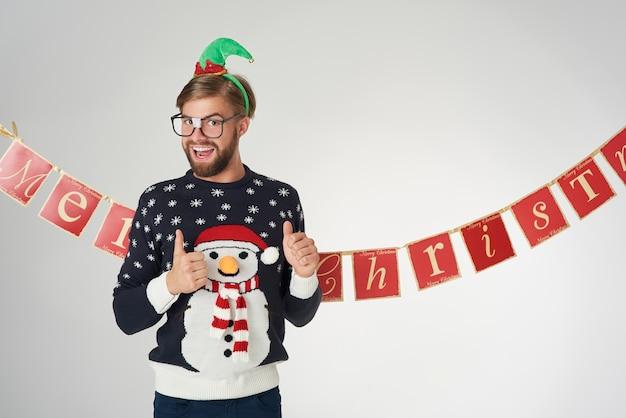 벽에 남자와 크리스마스 배너