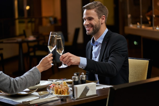 Мужчина и женщина звон бокалов шампанского