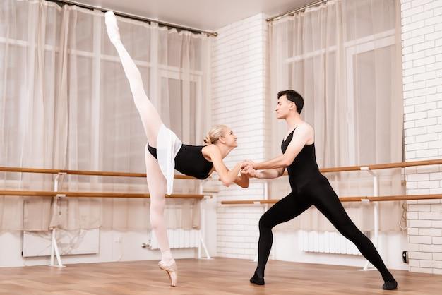 男と女はスタジオでバレエを行います。