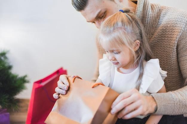 男と女の子がクリスマスにバッグを探している