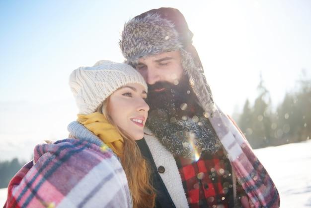담요 아래 남자와 그의 사랑하는 여자