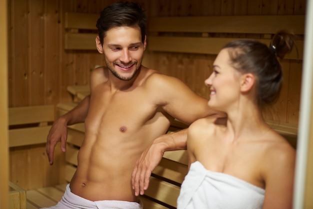 사우나에서 남자와 그의 여자 친구