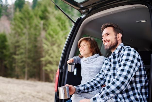 遠征中に景色を楽しむ男と彼の息子