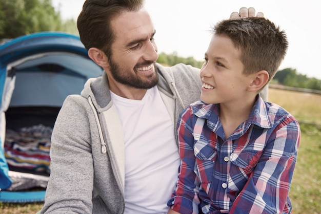 주말에 캠핑에 남자와 그의 아들 무료 사진