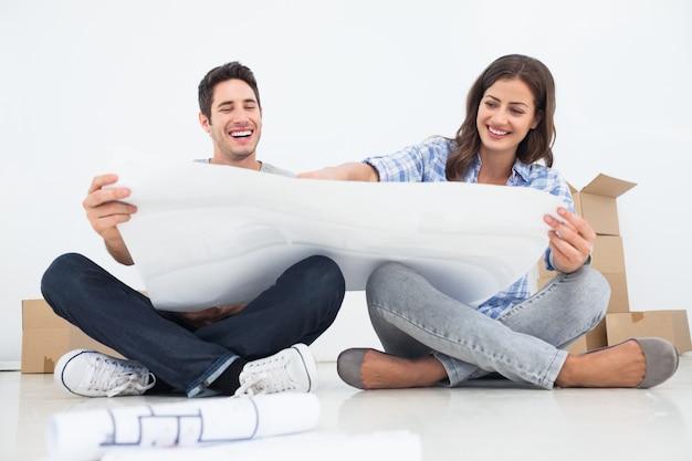 남자와 그의 아내는 그들의 집 계획을보고