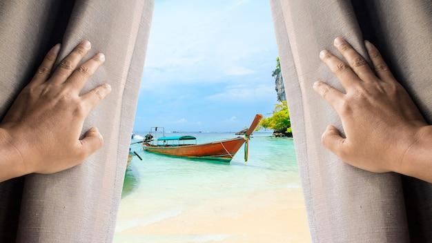 人と希望のコンセプト。窓のカーテンを開け、ビーチの下にある長い尾のボートを見る男