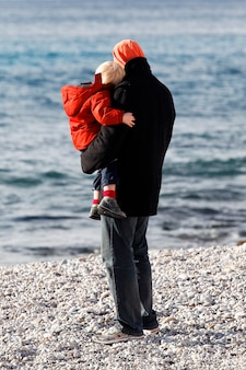 ビーチで男と息子