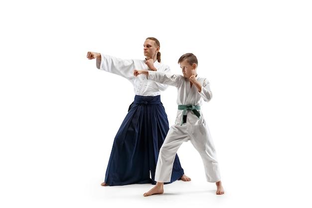 무술 학교에서 합기도 훈련에서 싸우는 남자와 십대 소년