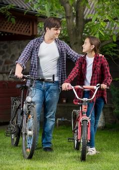공원에서 자전거를 타는 남자와 10대 소녀