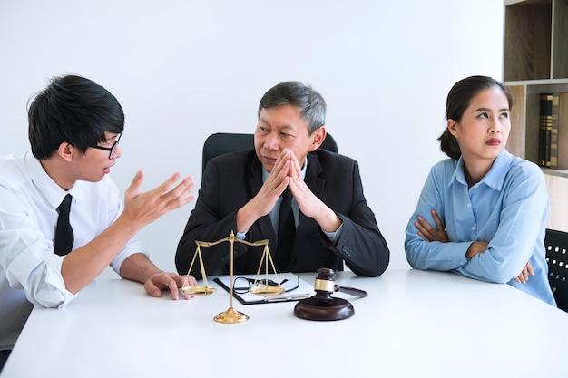 上級男性弁護士またはカウンセラーとの離婚過程での男女の会話