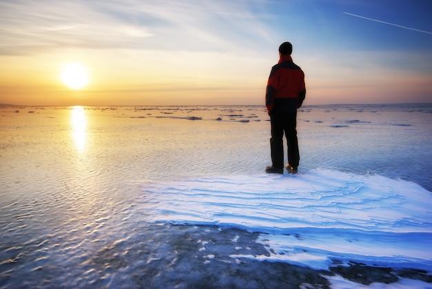 男と冬。自然の構成。