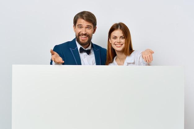 男性と女性の広告プレゼンテーションホワイトバナーコピースペーススタジオ