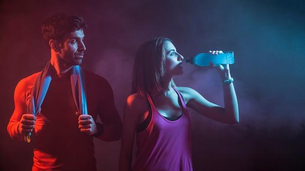 스튜디오에서 운동 후 남자와 여자