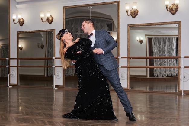 남자와 여자 아마추어 댄서는 서로 클래식 댄스 동안 웃는