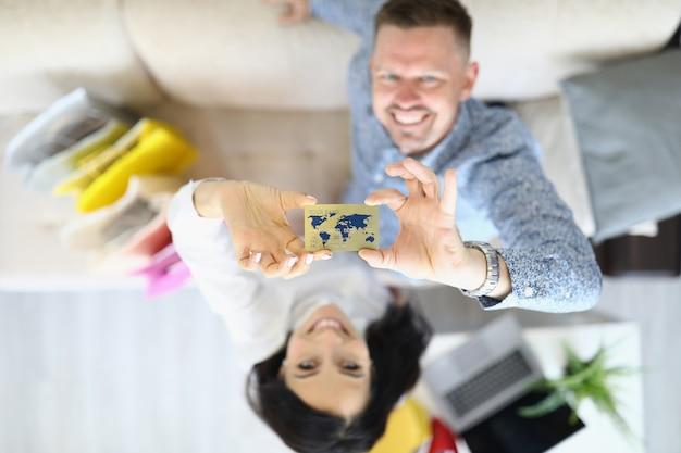 Мужчина и женщина вместе держат кредитную банковскую карту