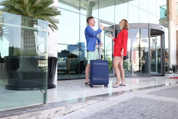 Мужчина и женщина разговаривают возле аэропорта