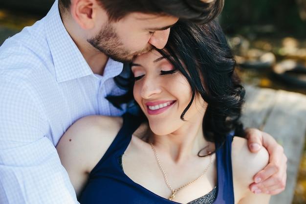 Мужчина и женщина на озере, чтобы провести время в объятиях друг друга