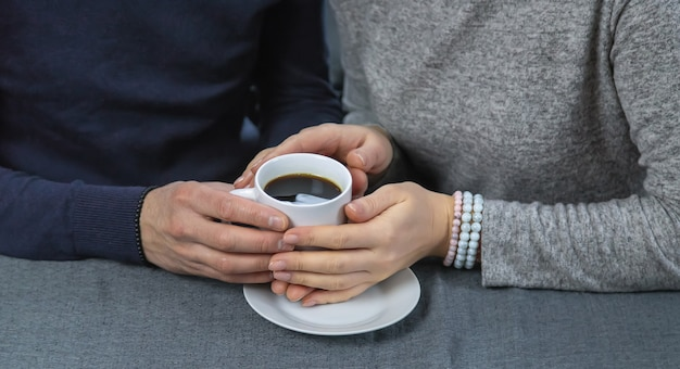 Мужчина и женщина за столом с чашкой кофе