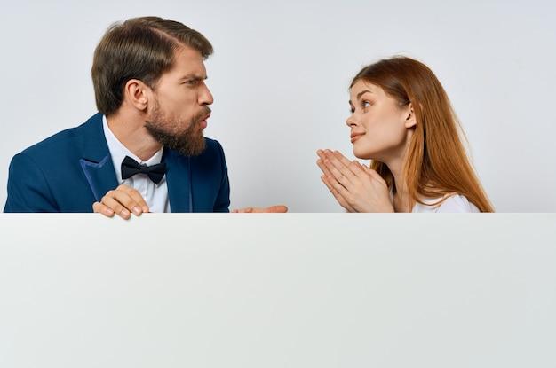 男と女の看板マーケティング楽しい感情白い背景