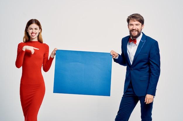 男と女の青いモックアップポスタープレゼンテーション広告。高品質の写真