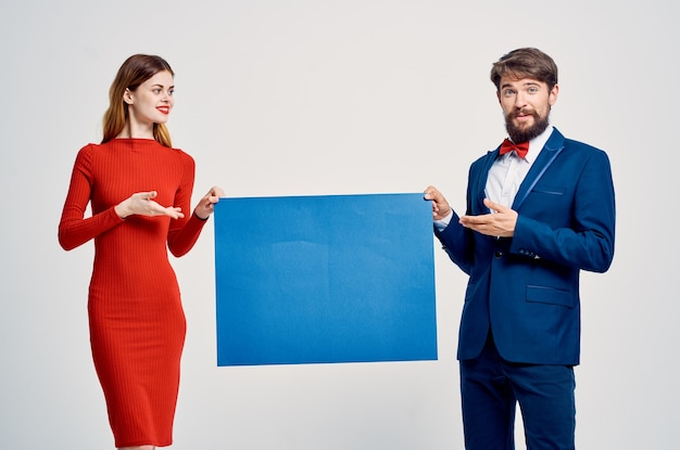 男と女の青いモックアップポスタープレゼンテーション広告