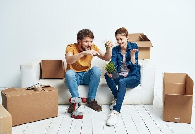 물건 화이트 소파 인테리어 움직이는 남자와 여자 상자