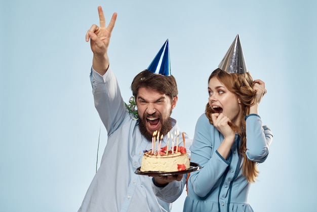 男と女はケーキで誕生日を祝う