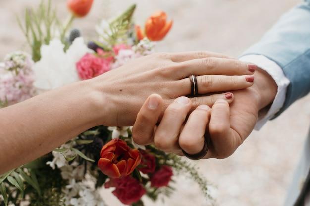 ビーチでの結婚式を祝う男と女