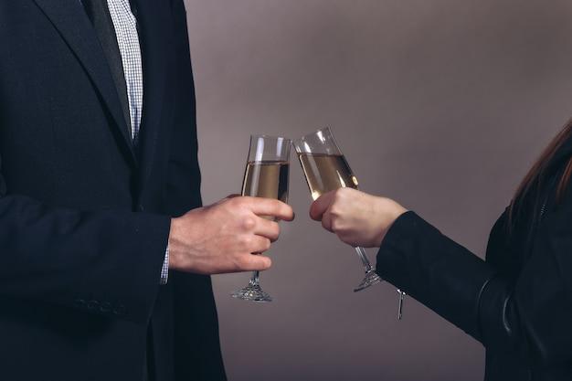 Мужчина и женщина празднуют с шампанским, тостами, вечеринками