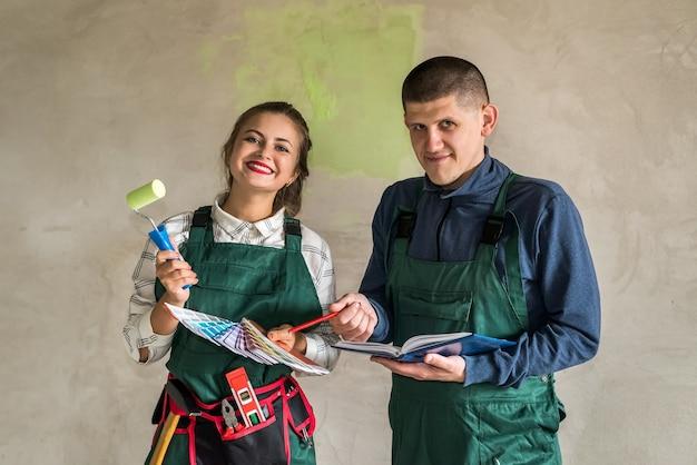 壁を塗るために色を選ぶ男性と女性