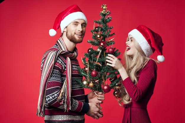 男と女のクリスマスツリーの装飾ライフスタイル新年