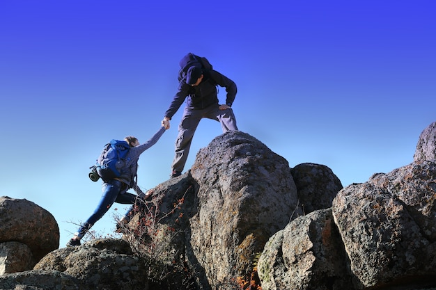 Мужчина и женщина, восхождение на гору