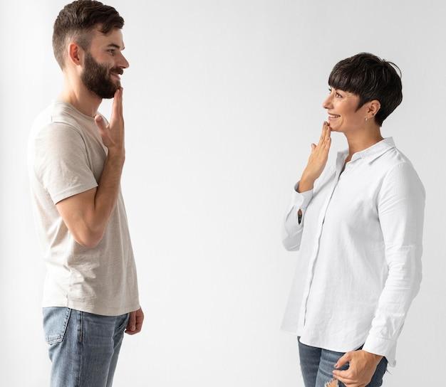 Мужчина и женщина общаются с помощью языка жестов