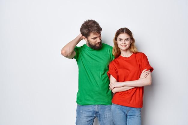 Мужчина и женщина общение весело вместе дружба светлый фон