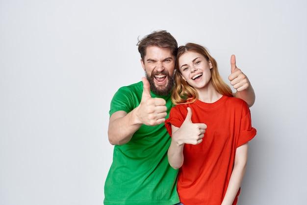 Мужчина и женщина общение весело вместе дружба студия образ жизни
