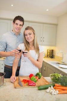男と女の料理とclinkingワイングラス