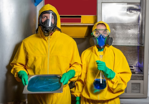 Мужчина и женщина готовят метамфетамин
